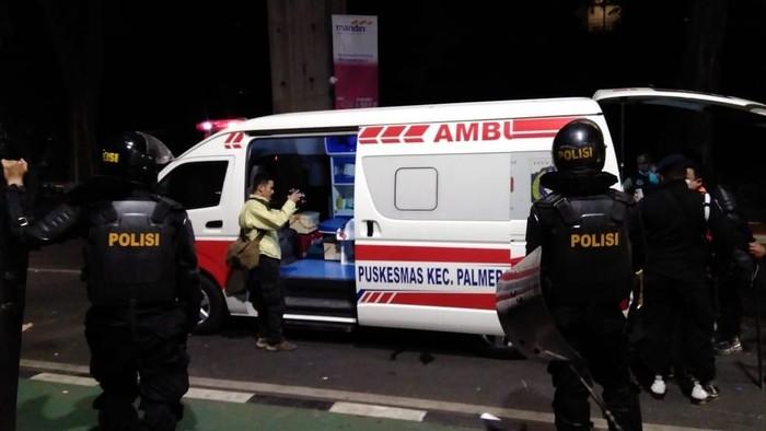 Foto: Ambulans DKI bantu polisi yang terluka saat ricuh di sekitar Senayan (Ahmad Bil Wahid/detikcom)