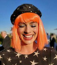 Margot Robbie tampil beda dengan rambut orange