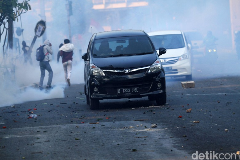 Pengendara Terobos Demo Bentrok di Palmerah beberapa hari lalu. Foto: Rifkianto Nugroho