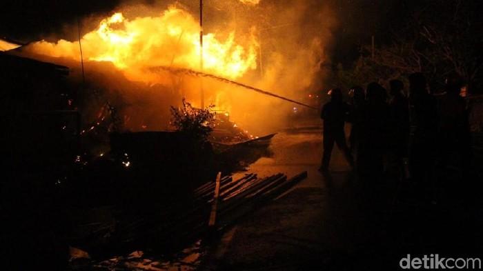 Petugas PMK terus berusaha memadamkan gudang terbakar (Foto: Suparno)