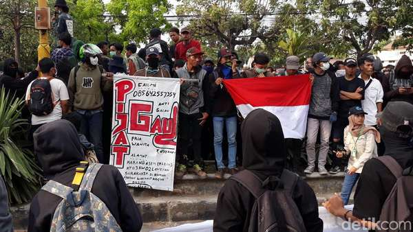 Poster Massa Aksi #SoloBergerak yang Bikin Salah Fokus