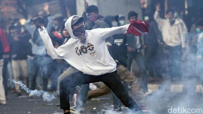 Massa melemparkan batu (Foto: Rifkianto Nugroho)