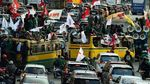 Naik Bus Kota, Pendemo Nekat Terobos Jalur TransJ di Sudirman