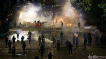 Momen Aksi Polisi Pukul Mundur Massa