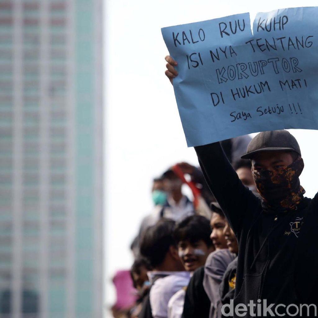 Aktivis Terima Laporan Pelajar Disanksi karena Ikut Demo #ReformasiDikorupsi