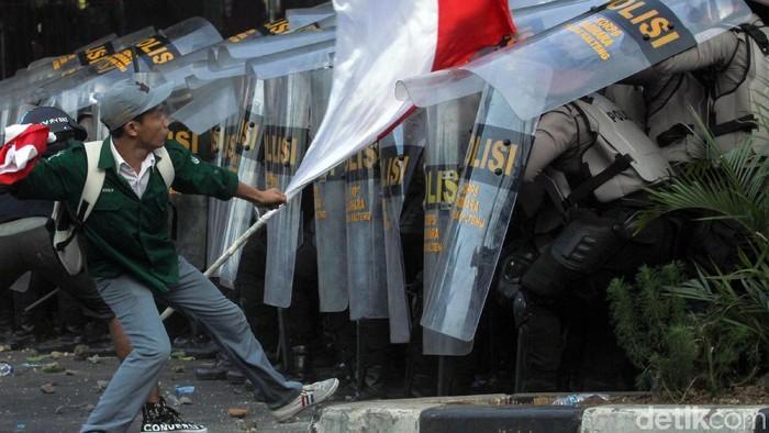 Ricuh tak terhindarkan dalam demo hari ini (Foto: Rifkianto Nugroho)