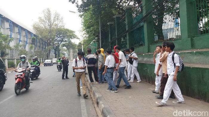 Foto: Massa pelajar di sekitar gedung DPR (Farih/detikcom)