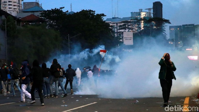 Polisi berusaha membubarkan massa yang menggelar aksi berujung rusuh di kawasan gedung DPR, Jakarta. Polisi menembakkan gas air mata.