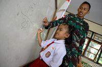 Peran TNI Dalam Mengajar Anak-anak di Perbatasan Indonesia