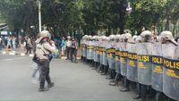 Massa berseragam putih abu-abu di belakang gedung DPR