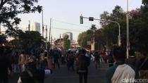 Ricuh di Belakang DPR, Massa Pelajar Lempar Batu-Polisi Tembak Gas Air Mata
