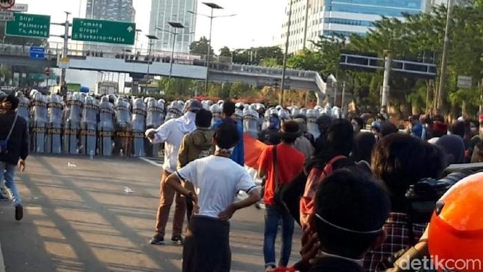 Massa memenuhi jalan Tol Dalam Kota arah Grogol (Foto: Rahel Narda/detikcom)