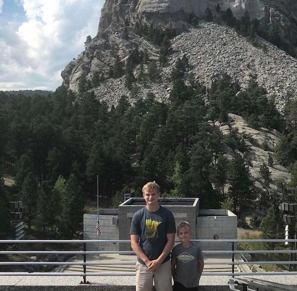 Kalau yang ini sih fotografernya yang keliru. Puncak Gunung Rushmore yang kondang di AS pun jadi tak kelihatan. (Foto: via Boredpanda.com)