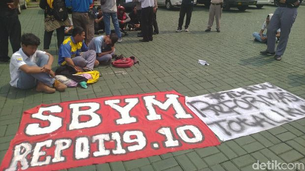 Para pelajar dibawa ke Polres Bogor Kota karena hendak demo ke Jakarta, Senin (30/9/2019)