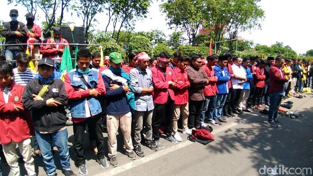 IMM Jatim Salat Gaib di Jalan untuk 2 Mahasiswa Kendari yang Tewas