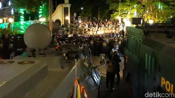 Ricuh, Massa Lemparkan Batu dan Kelereng ke DPRD Solo