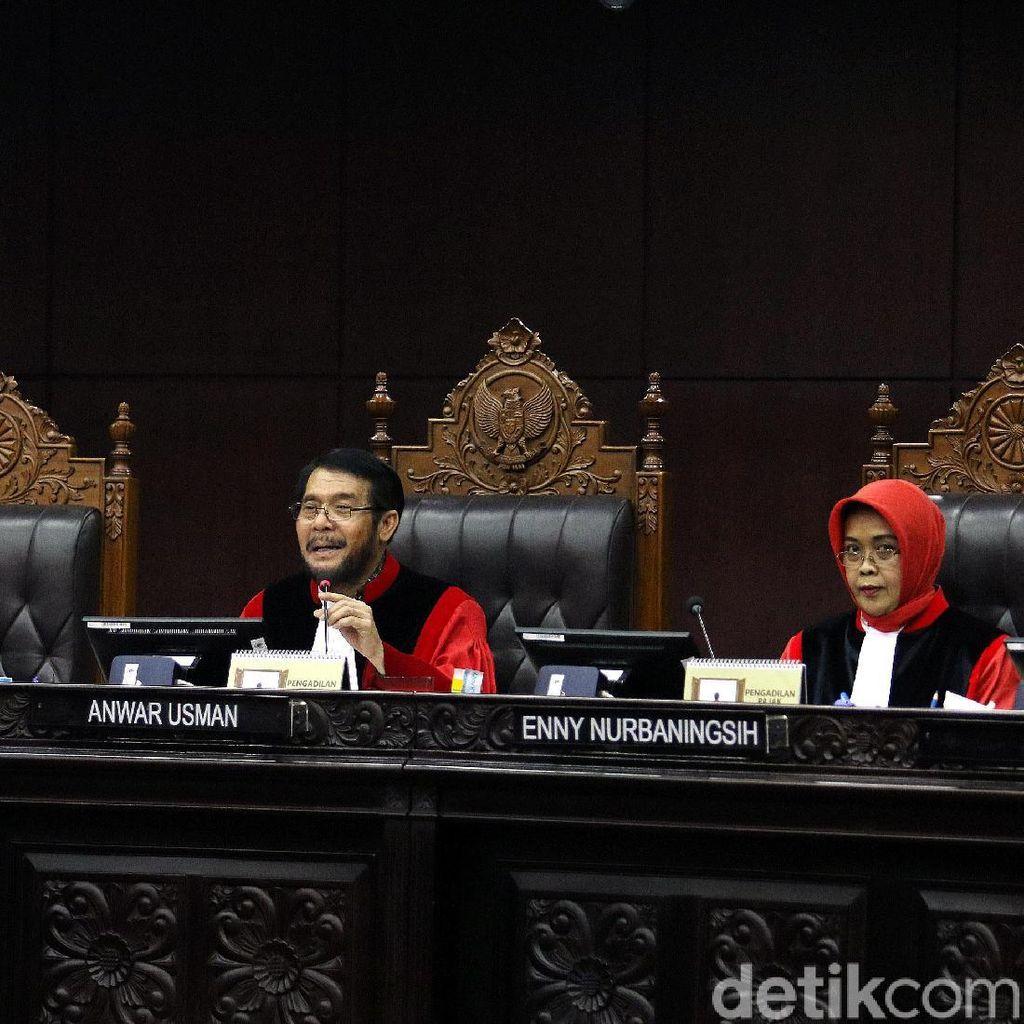 """""""Bola Panas"""" Undang-Undang KPK di MK"""