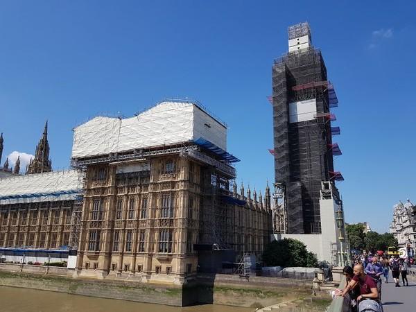 Datang di saat tak tepat. Big Ben-nya lagi direnovasi. (Foto: via Boredpanda.com)