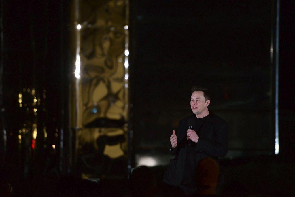 Elon Musk memamerkan roket Starship yang akan membawa manusia ke bulan dan juga planet Mars untuk kemudian kembali lagi ke planet ini. Foto: Reuters