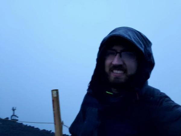Mendaki Gunung Fuji untuk melihat matahari terbit, eh nyatanya kayak begini. Tapi tetap senyum lebar dong! (Foto: via Boredpanda.com)