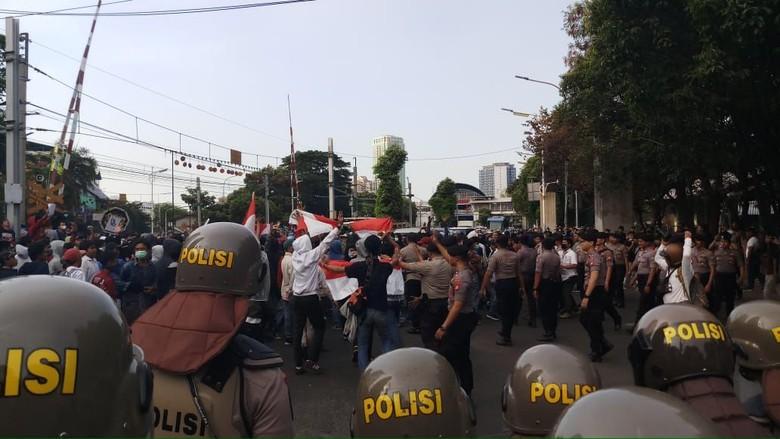 Massa Pelajar Bergerak ke Belakang DPR, Polisi Bertameng Bikin Barikade