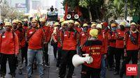 Berbagai elemen mahasiswa, pelajar hingga organisasi buruh berunjuk rasa di depan Gedung DPR/MPR, Jakarta