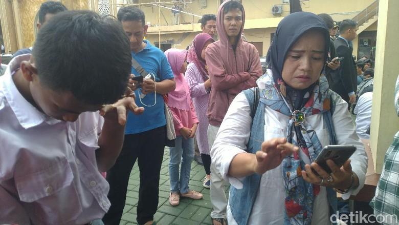 Pelajar Bogor Ini Menangis Dimarahi Ortu karena Ingin Ikut Demo