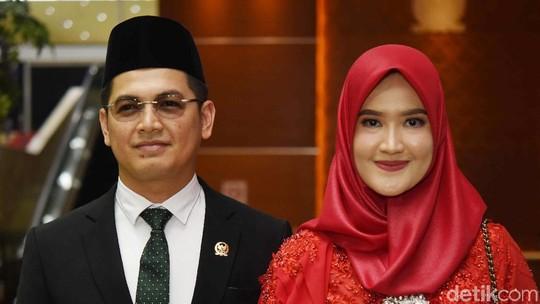 Resmi Jadi Anggota DPR, Ini Wajah Bahagia Tommy Kurniawan dan Istri