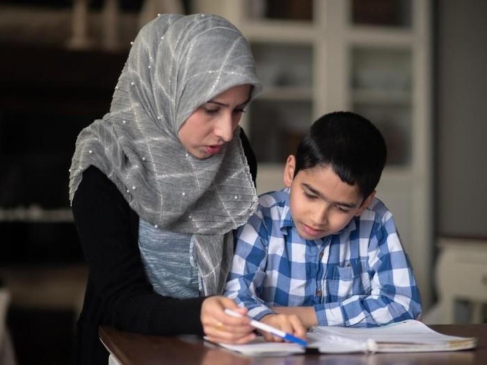 Cara Berbakti Kepada Orang Tua Dalam Islam Dan Keutamaannya
