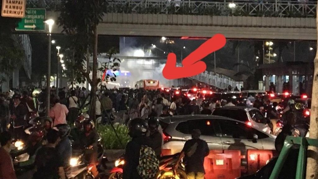 Demo Semalam, Bus Scania Putar Balik Hindari Massa
