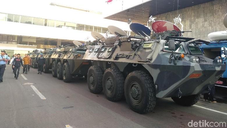 Foto: Kendaraan taktis bersiaga di Gedung DPR (Azizah/detikcom)