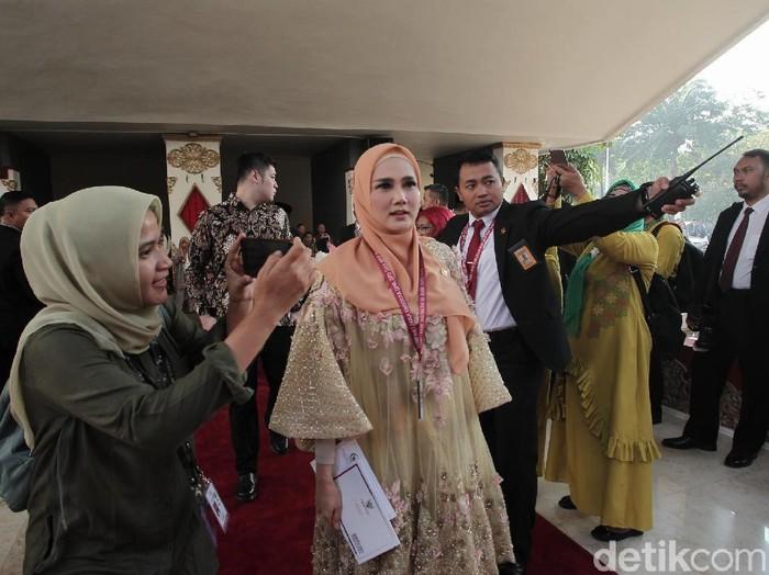 Mulan Jameela memakai baju bodo rancangan Didiet Maulana. Foto: Hanif/detikHOT