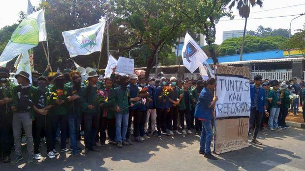 Mahasiswa mulai bergerak ke DPR. Mereka dikawal kepolisian saat longmarch dari depan gedung TVRI, Jl Gerbang Pemuda, Senayan.