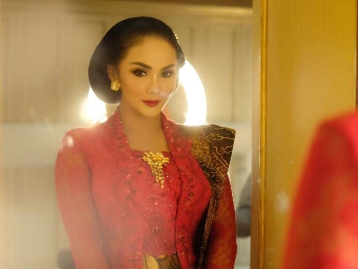 Inspirasi kebaya modern ala artis Indonesia. Foto: Instagram/@KD