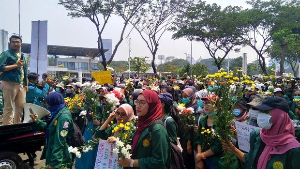 Mahasiswa beralmamater Universitas Negeri Jakarta (UNJ) masih tertahan di depan TVRI, Jl Gerbang Pemuda, Senayan.