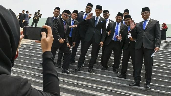 Pelantikan anggota DPR RI periode 2019-2024 telah usai dilakukan. Para anggota dewan itu pun mengekspresikan kebahagiaan mereka dengan berfoto bersama.