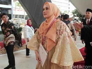 Mulan Jameela Pakai Baju Bodo di Pelantikan DPR, Dipadu Tas Rp 26 Juta