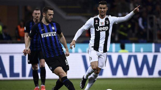 Cristiano Ronaldo (kanan) dibeli Juventus dari Real Madrid setara Rp1,6 triliun. (