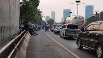 Massa di Depan DPR Masuk Tol Minta Sumbangan, Lalin ke Slipi Normal