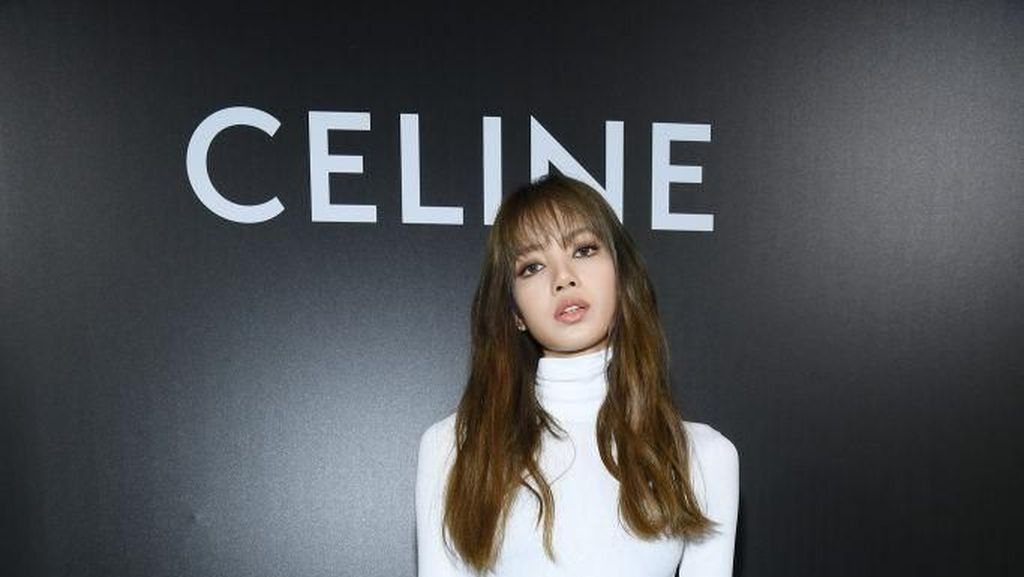 Foto: Gaya Lisa Blackpink di Paris Fashion Week, Dipuji Mirip Barbie