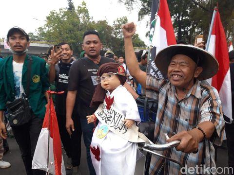 Dia bernyanyi Indonesia Raya bersama mahasiswa