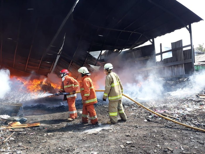 Kebakaran gudang kayu di Cakung. 3 truk ikut terbakar. (Dok. Sudin PKP Jaktim)