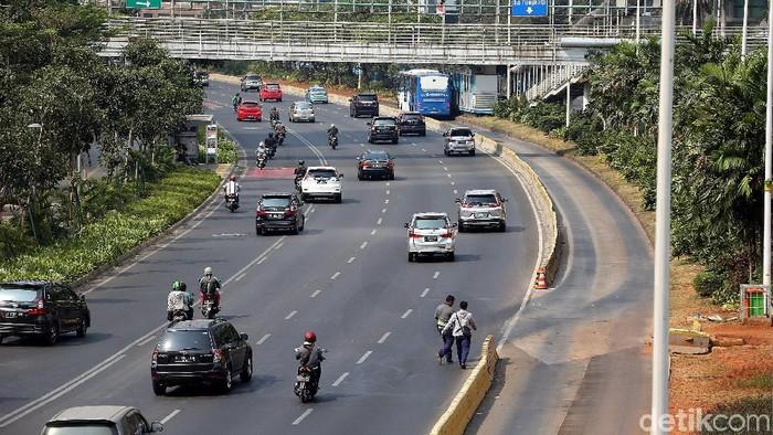 Dua pemuda nekat menyeberang di jalur cepat Jalan Sudirman, Jakarta. Tak hanya membahayakan diri sendiri aksi itu juga membahayakan orang lain.