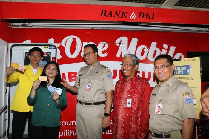Gubernur Anies Baswedan menyerahkan Kartu Jakarta Mahasiswa Unggul (KJMU) tahap 1 kepada 5.061 mahasiswa di Balai Kota Jakarta.