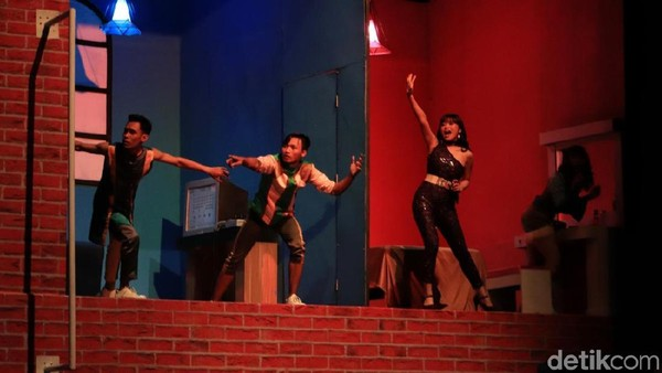 Pengunjung bisa menyaksikan pertunjukan ini setiap hari pukul 14.00 WIB dan Jumat pukul 15.00 WIB di Amphiteater Trans Studio Bandung. Di awal pertunjukan, penonton akan dimanjakan dengan lagu-lagu hits medley dengan suasana ceria. (dok. Rico Bagus/Istimewa)