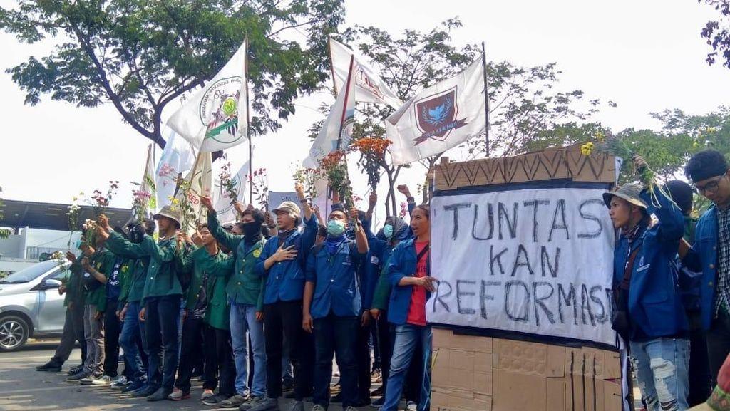 Sempat Tertahan di TVRI, Mahasiswa Kini Bergerak ke DPR
