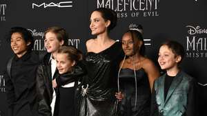 Angelina Jolie Ceria Banget di Critics Choice Awards