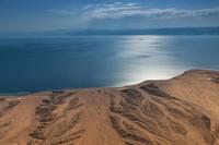 Berada di garis Laut Merah, nanti konon katanya pada saat malam pasir di pantai-pantai Neom bisa bercahaya di dalam gelap. Bawah lautnya yang kaya akan kerang cantik akan dikebangbiakkan sehingga kekayaan laut semakin melimpah. (Foto: dok NEOM)