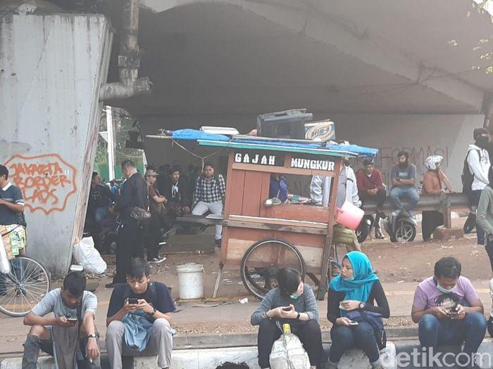 Foto: Pedagang Mi Ayam di Tengah Demo Mahasiswa (Achmad Dwi Afriyadi/detikcom)