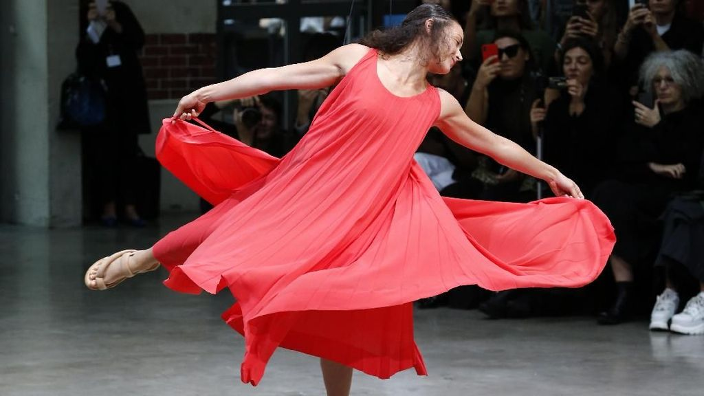 Fashion Show Unik di Paris, Model Pakai Baju yang Turun dari Langit-langit